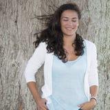 Ung kvinna för lycka som drömmer i natur vid dagvind Fotografering för Bildbyråer