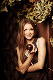 Ung kvinna för lyxig skönhet i en mystisk skog Royaltyfri Fotografi