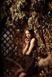 Ung kvinna för lyxig skönhet i en mystisk skog Arkivfoto