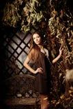 Ung kvinna för lyxig skönhet i en mystisk skog Royaltyfri Foto