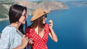 Ung kvinna för medelskvaller för närbild som två attraktivt tycker om att diskutera beundra den fantastiska naturen lager videofilmer