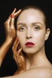 Ung kvinna för modeskönhet med guld- händer Royaltyfria Foton
