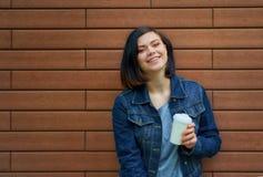 Ung kvinna för nätt brunnete med tunneler i öronen i blå je Royaltyfri Foto