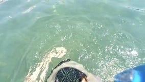 Ung kvinna för POV med simningmaskeringen och handlingkamera, dykning utan tryckluftsapparaten ovanför och under havsvattnet lager videofilmer