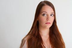 Ung kvinna för rödhårig man som rymmer hennes hår Royaltyfria Bilder