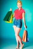 Ung kvinna för Retro tappning med shoppingpåsar Arkivfoton