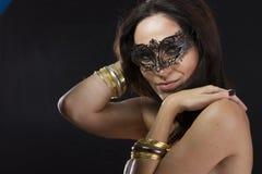 Ung kvinna för Sensuality.Beautiful i mystisk svart Venetian mor royaltyfri foto