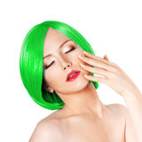 Ung kvinna för skönhet med lyxigt grönt hår Flicka med ny sk Arkivfoto