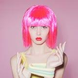 Ung kvinna för skönhet med rosa hår Royaltyfri Fotografi