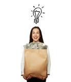 Ung kvinna för Smiley med den pappers- påsen Arkivfoton