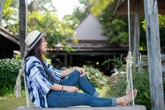 Ung kvinna för sommarstrandsemester med hatten som sover att koppla av på royaltyfri bild
