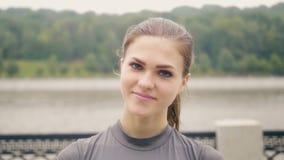Ung kvinna för stående med naturlig skönhet som ler och ser in i kamera stock video