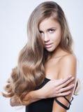 Ung kvinna för ursnygg brunett med långt glamoröst hår Arkivbilder