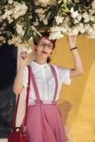 Ung kvinna för utvikningsbrud i tappningstilkläder Royaltyfri Bild