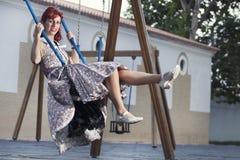 Ung kvinna för utvikningsbrud i tappningstilkläder Arkivfoton