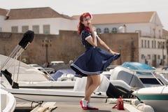 Ung kvinna för utvikningsbrud i tappningstilkläder Royaltyfri Foto