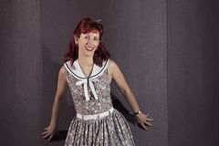 Ung kvinna för utvikningsbrud i tappningstilkläder Royaltyfria Bilder