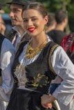 Ung kvinna från Rumänien i traditionell dräkt royaltyfria bilder