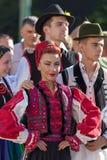 Ung kvinna från Rumänien i traditionell dräkt 10 Fotografering för Bildbyråer