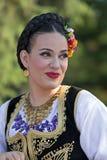 Ung kvinna från Rumänien i traditionell dräkt 1 arkivfoton