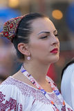 Ung kvinna från Rumänien i traditionell dräkt 7 royaltyfri bild