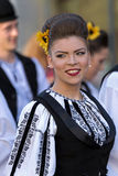 Ung kvinna från Rumänien i traditionell dräkt royaltyfri fotografi