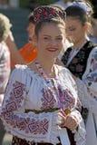 Ung kvinna från Rumänien i traditionell dräkt 9 arkivfoto
