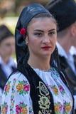 Ung kvinna från Rumänien i traditionell dräkt 11 royaltyfri fotografi