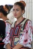 Ung kvinna från Rumänien i traditionell dräkt arkivfoto
