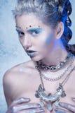 Ung kvinna för kall vinter med idérik makeup Fotografering för Bildbyråer