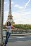 Ung kvinna framme av Eiffeltorn Royaltyfri Foto