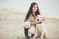 Ung kvinna, hund labrador Arkivfoton