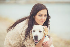 Ung kvinna, hund labrador Royaltyfri Foto