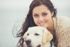 Ung kvinna, hund labrador Fotografering för Bildbyråer