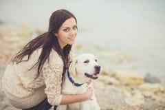 Ung kvinna, hund labrador Arkivbild