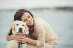 Ung kvinna, hund labrador Arkivfoto