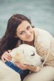 Ung kvinna, hund labrador Arkivbilder