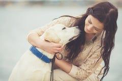 Ung kvinna, hund labrador royaltyfri bild