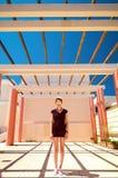 Ung kvinna, i att posera för sommarkläder Royaltyfria Foton