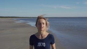 Ung kvinna i baddr?kten som k?r p? havsstranden r Kvinnlig turist som har roligt Begrepp av lager videofilmer