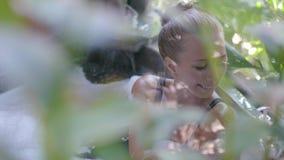 Ung kvinna i badkar stock video