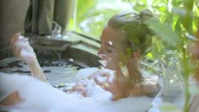 Ung kvinna i badkar arkivfilmer