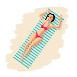 Ung kvinna i bikini som solbadar att ligga på stranden stock illustrationer