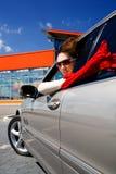 Ung kvinna i bilen Arkivbild