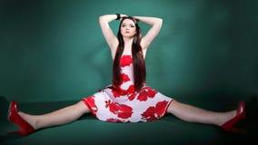 Ung kvinna i blommig klänning för sommar på gräsplan Arkivbilder