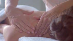 Ung kvinna i brunnsort Traditionella l?ka terapi- och masserabehandlingar H?lsa hudomsorg, massage, osteopathy och stock video