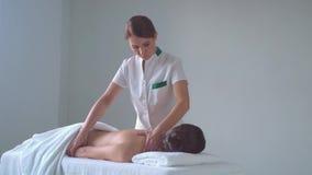 Ung kvinna i brunnsort Traditionella l?ka terapi- och masserabehandlingar H?lsa hudomsorg, massage, osteopathy och lager videofilmer