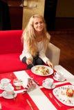 Ung kvinna i cafe Arkivbild