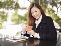 Ung kvinna i coffee shop fotografering för bildbyråer