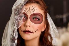 Ung kvinna i dag av den döda maskeringen arkivbild